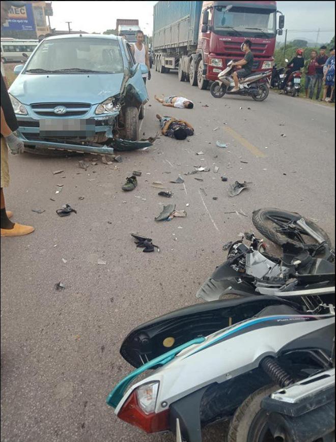 CLIP: Hiện trường vụ xe máy đâm nát một bên ô tô, người dân khiêng 2 nạn nhân đi cấp cứu - ảnh 1