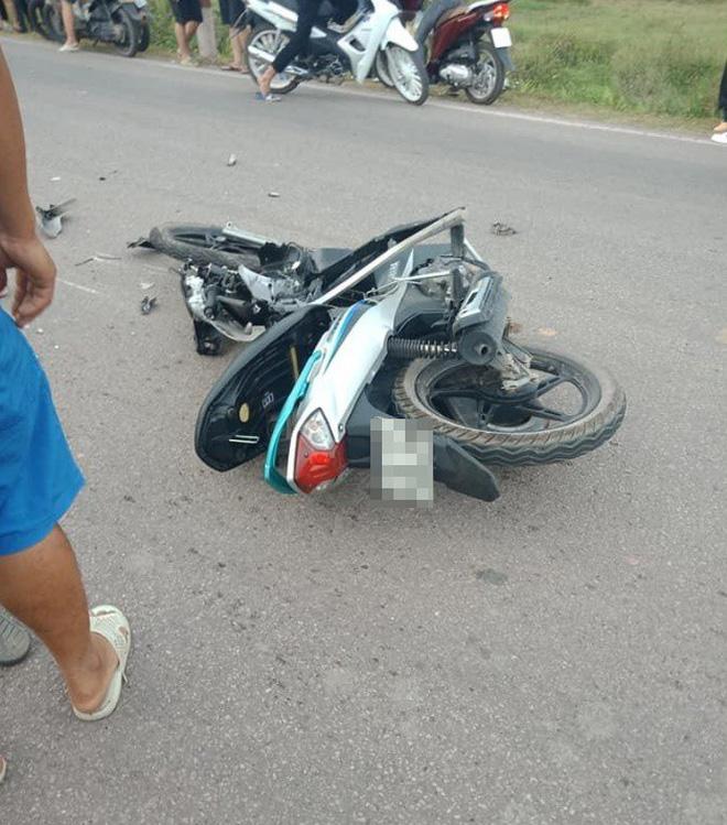 CLIP: Hiện trường vụ xe máy đâm nát một bên ô tô, người dân khiêng 2 nạn nhân đi cấp cứu - ảnh 2