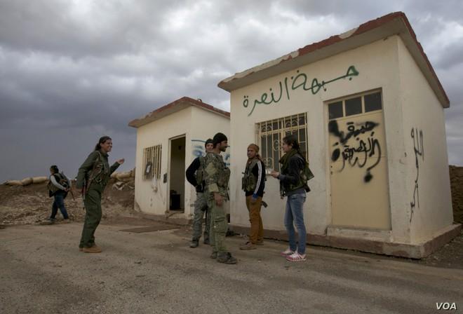 Tháng 10 đen: Ras al-Ain sụp đổ, dân chạy theo quân Mỹ, lính Kurd chĩa súng bắt ở lại? - ảnh 6