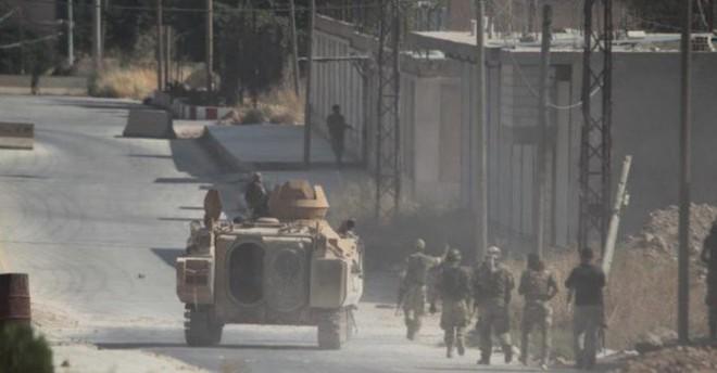 Tháng 10 đen: Ras al-Ain sụp đổ, dân chạy theo quân Mỹ, lính Kurd chĩa súng bắt ở lại? - ảnh 1