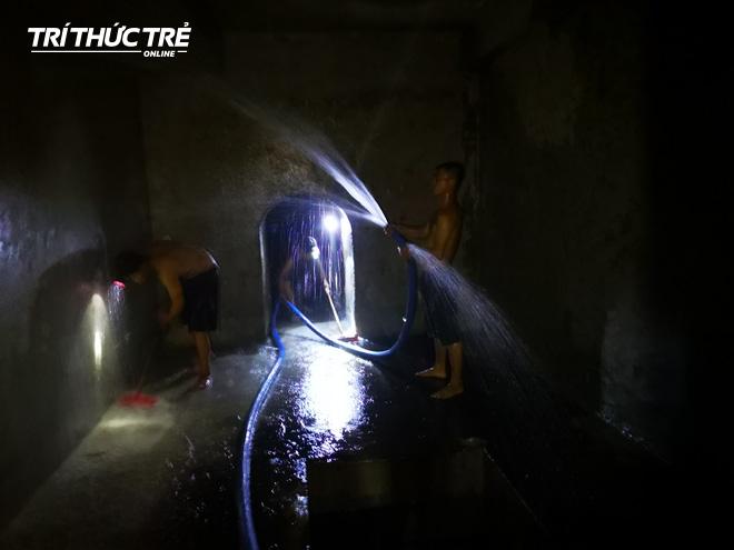 Cận cảnh nước váng dầu ở bể ngầm chung cư cao cấp sau sự cố nước sạch sông Đà nhiễm dầu thải - Ảnh 8.
