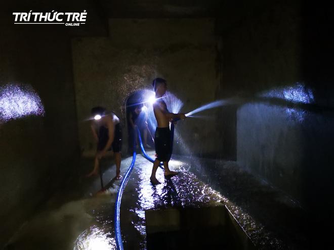 Cận cảnh nước váng dầu ở bể ngầm chung cư cao cấp sau sự cố nước sạch sông Đà nhiễm dầu thải - Ảnh 9.