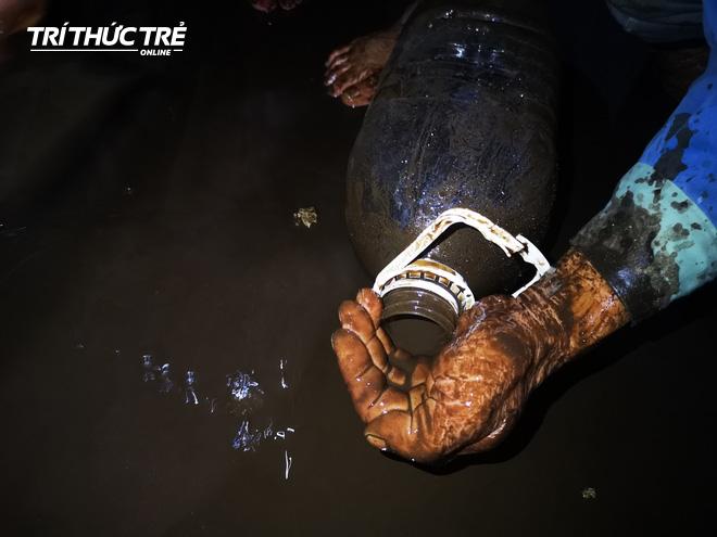 Cận cảnh nước váng dầu ở bể ngầm chung cư cao cấp sau sự cố nước sạch sông Đà nhiễm dầu thải - Ảnh 14.