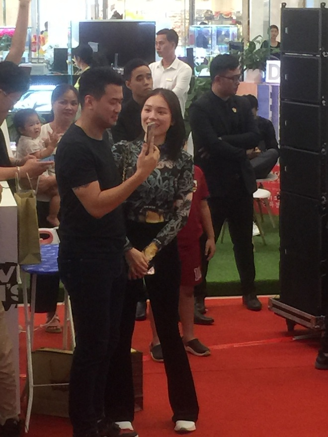 Em chồng Tăng Thanh Hà và bạn gái hot girl quẩy sung khi xem JustaTee biểu diễn - Ảnh 2.