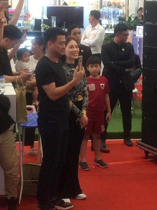 Em chồng Tăng Thanh Hà và bạn gái hot girl quẩy sung khi xem JustaTee biểu diễn - Ảnh 1.