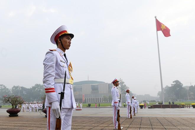 Đoàn đại biểu viếng Lăng Chủ tịch Hồ Chí Minh trước giờ khai mạc kỳ họp Quốc hội - Ảnh 1.