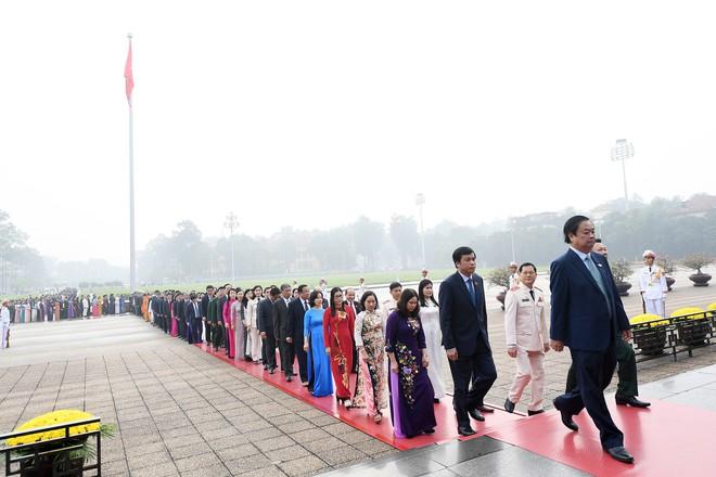 Đoàn đại biểu viếng Lăng Chủ tịch Hồ Chí Minh trước giờ khai mạc kỳ họp Quốc hội - Ảnh 4.