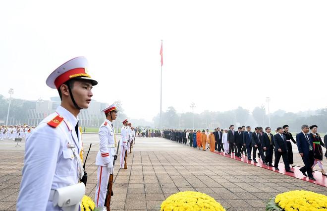 Đoàn đại biểu viếng Lăng Chủ tịch Hồ Chí Minh trước giờ khai mạc kỳ họp Quốc hội - Ảnh 2.