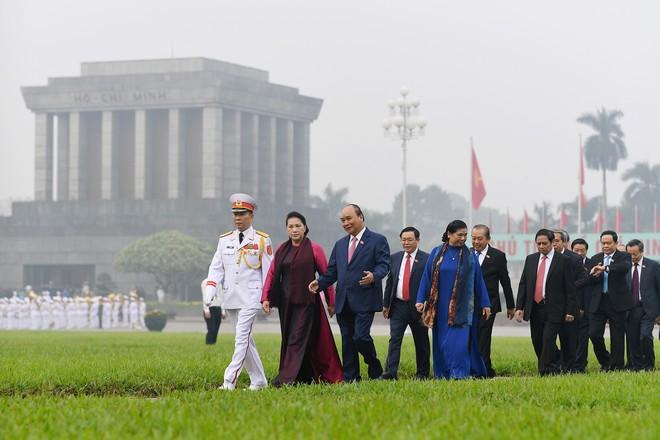 Đoàn đại biểu viếng Lăng Chủ tịch Hồ Chí Minh trước giờ khai mạc kỳ họp Quốc hội - Ảnh 8.