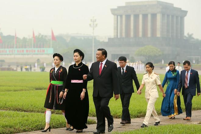 Đoàn đại biểu viếng Lăng Chủ tịch Hồ Chí Minh trước giờ khai mạc kỳ họp Quốc hội - Ảnh 9.