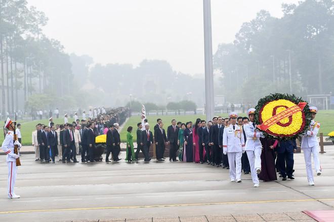 Đoàn đại biểu viếng Lăng Chủ tịch Hồ Chí Minh trước giờ khai mạc kỳ họp Quốc hội - Ảnh 3.