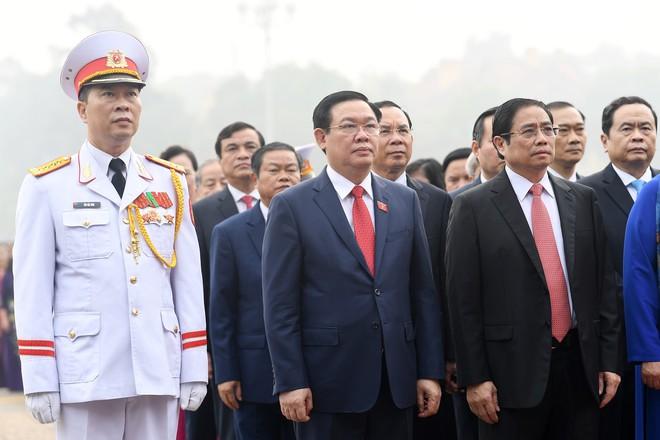 Đoàn đại biểu viếng Lăng Chủ tịch Hồ Chí Minh trước giờ khai mạc kỳ họp Quốc hội - Ảnh 7.