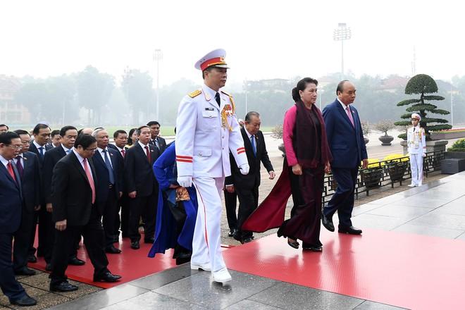 Đoàn đại biểu viếng Lăng Chủ tịch Hồ Chí Minh trước giờ khai mạc kỳ họp Quốc hội - Ảnh 6.