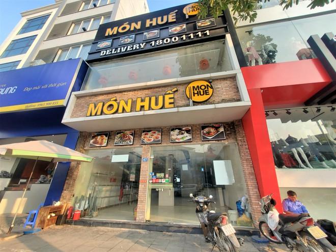Cảnh hoang lạnh, đổ nát của loạt nhà hàng Món Huế, Phở Ông Hùng ở Hà Nội sau tin quỵt tiền - Ảnh 1.