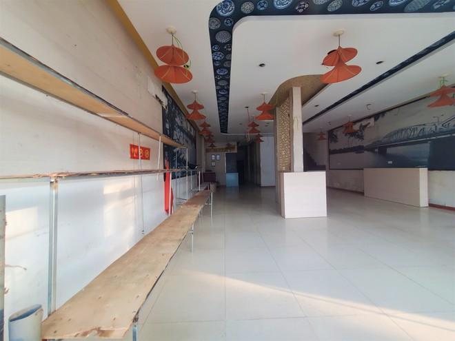 Cảnh hoang lạnh, đổ nát của loạt nhà hàng Món Huế, Phở Ông Hùng ở Hà Nội sau tin quỵt tiền - Ảnh 8.