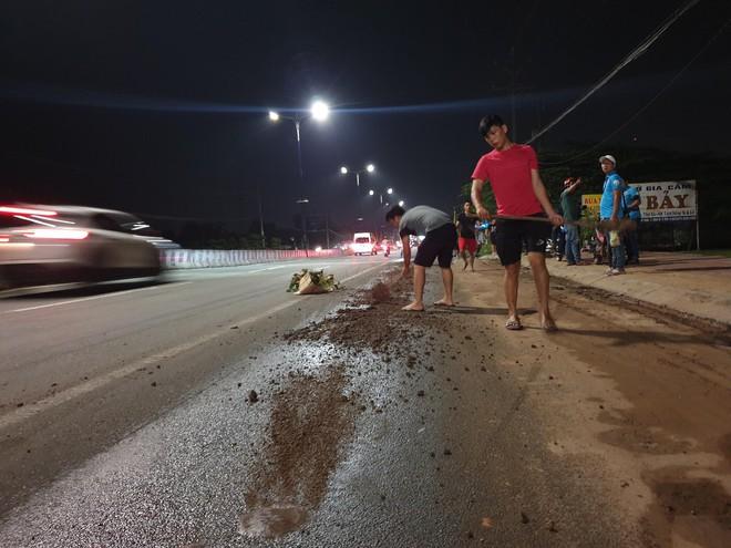 Hàng loạt người đi xe máy ngã trên Quốc lộ 13, trẻ em gào khóc thất thanh - Ảnh 4.