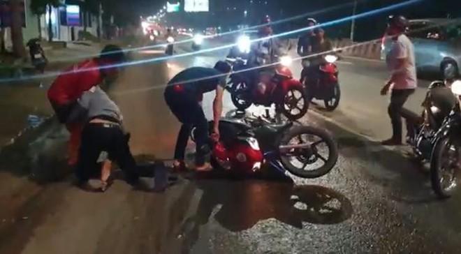 Hàng loạt người đi xe máy ngã trên Quốc lộ 13, trẻ em gào khóc thất thanh - Ảnh 3.