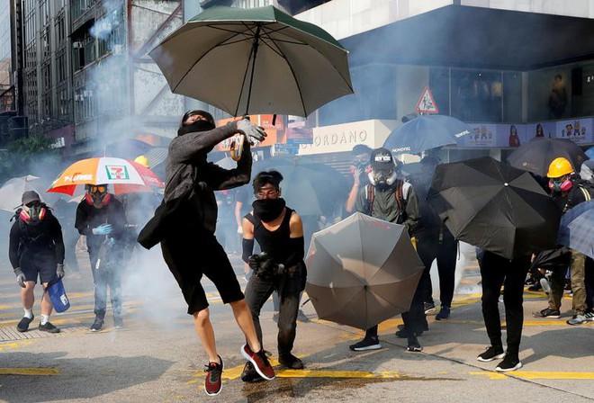 24h qua ảnh: Người biểu tình mắc kẹt trên phương tiện bọc thép cảnh sát - ảnh 6