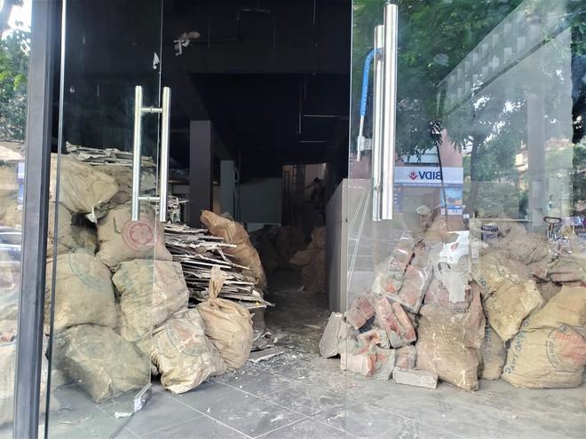 Cảnh hoang lạnh, đổ nát của loạt nhà hàng Món Huế, Phở Ông Hùng ở Hà Nội sau tin quỵt tiền - Ảnh 10.