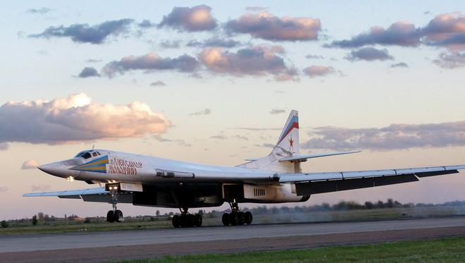 """""""Máy bay lạ"""" tới gần căn cứ Hmeymim, oanh tạc cơ Tu-160 của Nga sắp ném bom ở Syria - Ảnh 1."""