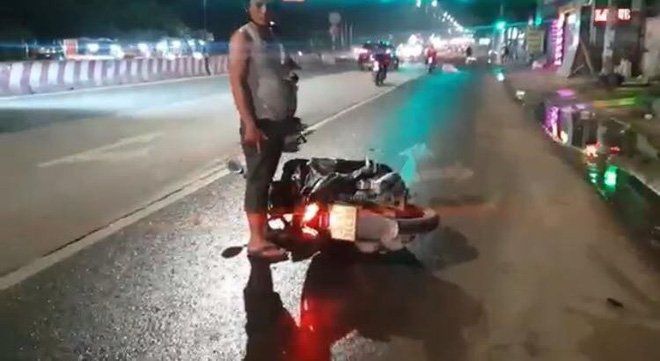 Hàng loạt người đi xe máy ngã trên Quốc lộ 13, trẻ em gào khóc thất thanh - Ảnh 1.