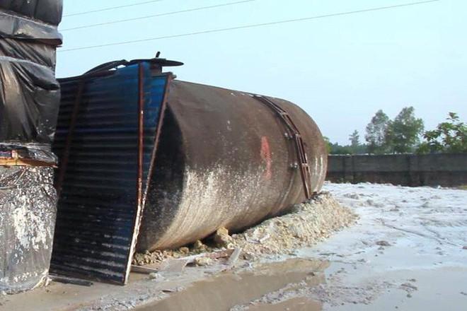 Cận cảnh nơi lưu giữ dầu thải bị tuồn ra đầu độc nước sông Đà của Cty gốm sứ Thanh Hà - Ảnh 16.