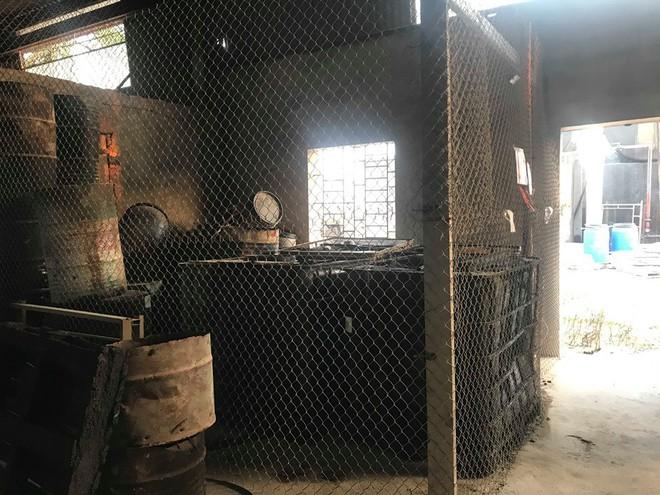 Cận cảnh nơi lưu giữ dầu thải bị tuồn ra đầu độc nước sông Đà của Cty gốm sứ Thanh Hà - Ảnh 11.