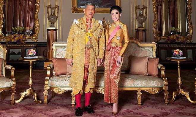 Cựu Hoàng phi Thái Lan lẻ loi đi sự kiện trước ngày bị phế truất vì khi quân, Vua và Hoàng hậu xuất hiện tình cảm - Ảnh 5.