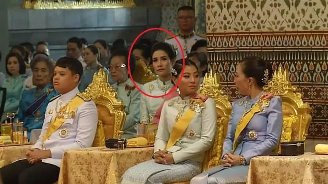 Loạt ảnh lặng lẽ cau mày trong góc khuất chứng minh cựu Hoàng phi Thái Lan vốn đã bị thất sủng từ lâu? - Ảnh 6.