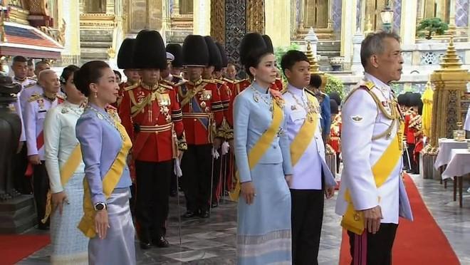 Loạt ảnh lặng lẽ cau mày trong góc khuất chứng minh cựu Hoàng phi Thái Lan vốn đã bị thất sủng từ lâu? - Ảnh 7.