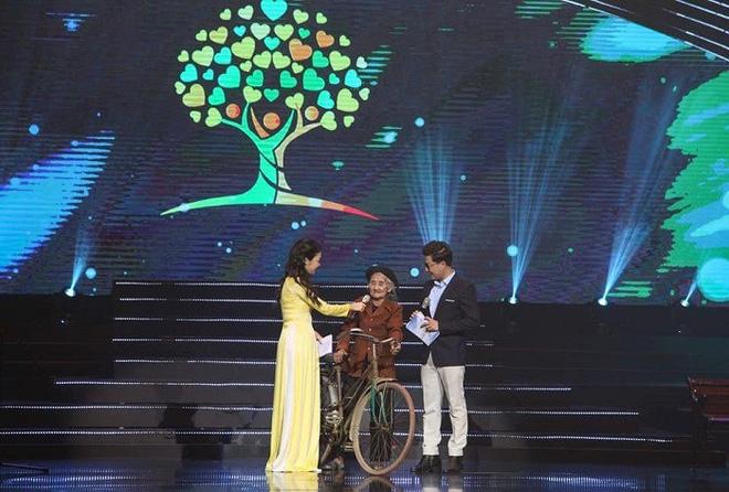 Cụ bà đạp xe lên xã xin thoát nghèo được Chủ tịch tỉnh tặng Bằng khen - Ảnh 1.