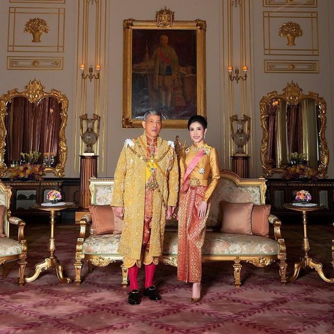 Hồng nhan bạc phận: Vẻ đẹp nao lòng của Hoàng quý phi Thái Lan mới bị phế truất - Ảnh 1.