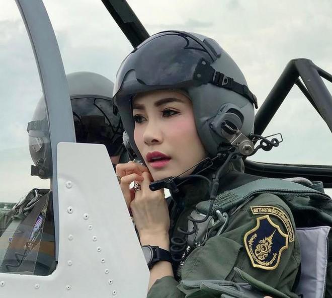 Hồng nhan bạc phận: Vẻ đẹp nao lòng của Hoàng quý phi Thái Lan mới bị phế truất - Ảnh 6.