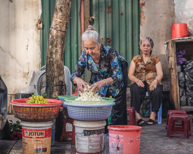 Triết lý sung sướng phụ nữ hiện đại nào cũng phải học từ cụ bà 81 tuổi bán hoa gói lá 70 năm ở góc chợ Đồng Xuân - Ảnh 14.