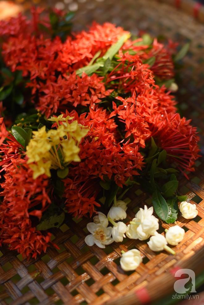 Triết lý sung sướng phụ nữ hiện đại nào cũng phải học từ cụ bà 81 tuổi bán hoa gói lá 70 năm ở góc chợ Đồng Xuân - Ảnh 6.