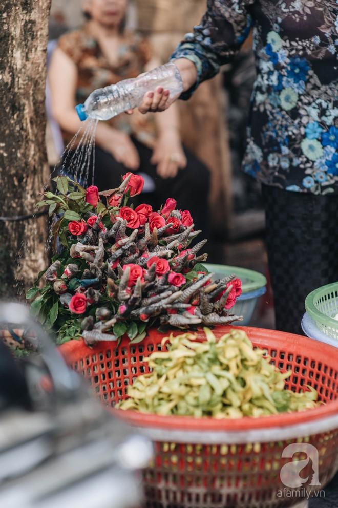 Triết lý sung sướng phụ nữ hiện đại nào cũng phải học từ cụ bà 81 tuổi bán hoa gói lá 70 năm ở góc chợ Đồng Xuân - Ảnh 7.