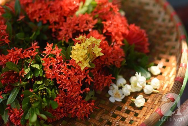 Triết lý sung sướng phụ nữ hiện đại nào cũng phải học từ cụ bà 81 tuổi bán hoa gói lá 70 năm ở góc chợ Đồng Xuân - Ảnh 8.