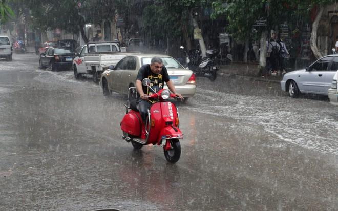 24h qua ảnh: Nông dân phơi lông gà trên đường ở Hà Nội - ảnh 5
