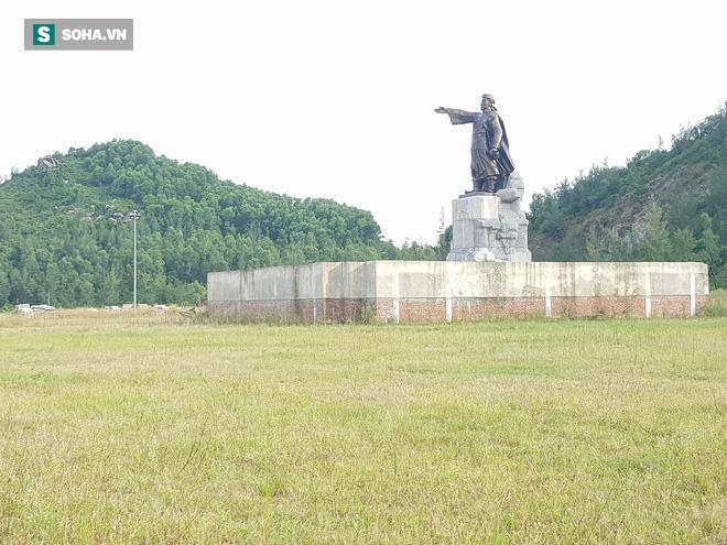 Hà Tĩnh: Quảng trường hàng chục tỷ đồng hoang tàn, thành khu chăn bò cho trẻ nhỏ - Ảnh 5.