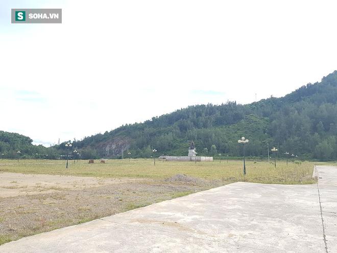 Hà Tĩnh: Quảng trường hàng chục tỷ đồng hoang tàn, thành khu chăn bò cho trẻ nhỏ - ảnh 1