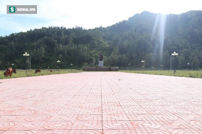 Hà Tĩnh: Quảng trường hàng chục tỷ đồng hoang tàn, thành khu chăn bò cho trẻ nhỏ - Ảnh 2.
