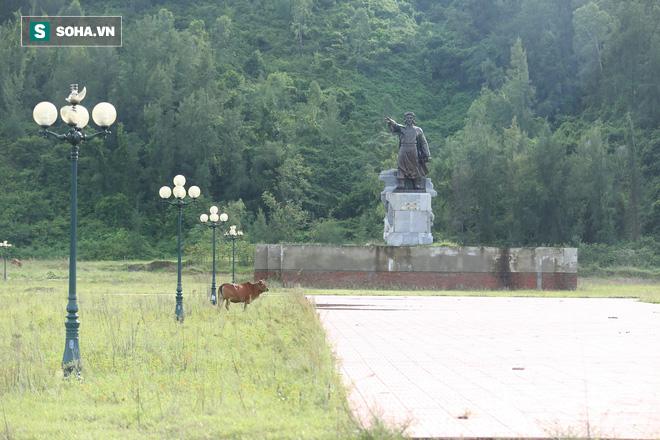 Hà Tĩnh: Quảng trường hàng chục tỷ đồng hoang tàn, thành khu chăn bò cho trẻ nhỏ - Ảnh 9.