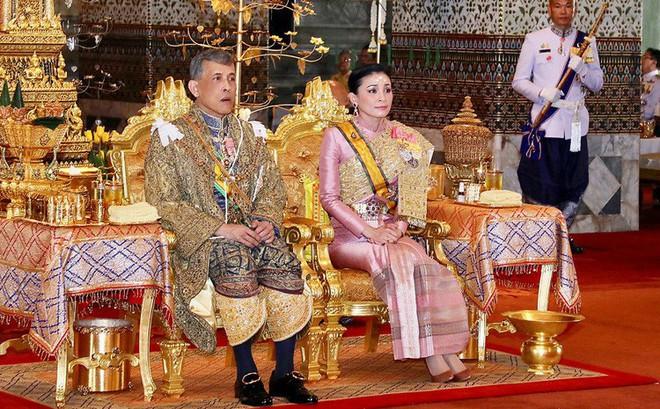 """Tội khi quân, phạm thượng ở Thái Lan: Án phạt cực kỳ nghiêm khắc, tới """"ái phi"""" cũng không dám vô lễ với Vua"""