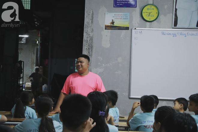 Chuyện về lớp học 0 đồng giữa Sài Gòn: Hai vợ chồng lấy tiền lương, bán vàng cưới để giúp trẻ em nghèo được học chữ - Ảnh 2.