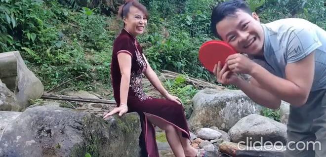 Cô dâu 62 tuổi bị cho là làm màu khi được chồng trẻ 26 tuổi tặng quà - Ảnh 1.