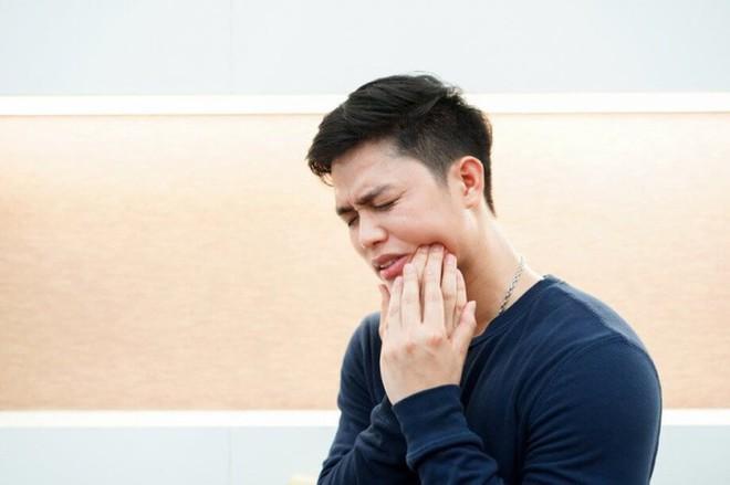 Răng khôn đau buốt mà mãi không được nhổ, người đàn ông uất ức làm liều - Ảnh 1.