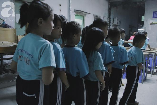 Chuyện về lớp học 0 đồng giữa Sài Gòn: Hai vợ chồng lấy tiền lương, bán vàng cưới để giúp trẻ em nghèo được học chữ - Ảnh 14.