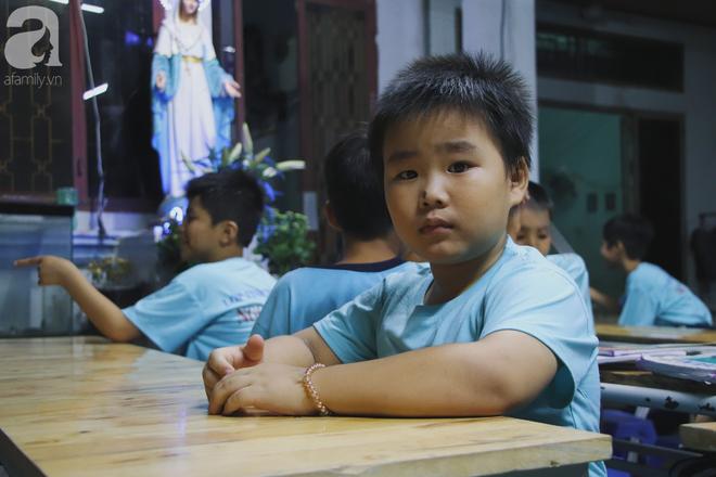 Chuyện về lớp học 0 đồng giữa Sài Gòn: Hai vợ chồng lấy tiền lương, bán vàng cưới để giúp trẻ em nghèo được học chữ - Ảnh 4.