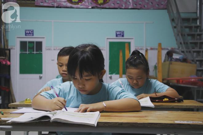 Chuyện về lớp học 0 đồng giữa Sài Gòn: Hai vợ chồng lấy tiền lương, bán vàng cưới để giúp trẻ em nghèo được học chữ - Ảnh 6.