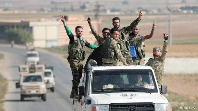 Xe quân sự Nga rầm rập tiến về Đông Bắc Syria - Người Kurd không rút nhanh sẽ bị đánh tơi tả - Ảnh 13.